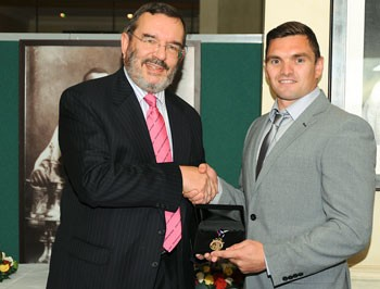 Danny Brough receives the 2013 Goldthorpe Medal from Martyn Sadler